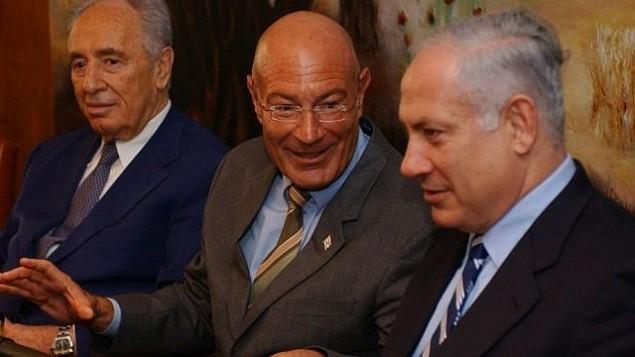 أرنون ميلتشان (وسط الصورة) مع شمعون بيرس (من اليسار) وبينيامين نتنياهو، 28 مارس، 2005. (Flash90)