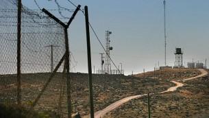 صورة توضيحية: سياجات وأبراج هواتف خلوية وخزانات مياه يستخدمها المستوطنون في الضفة الغربية، في صورة تم التقاطها في 29 نوفمبر، 2006. (Olivier Fitoussi /Flash90)