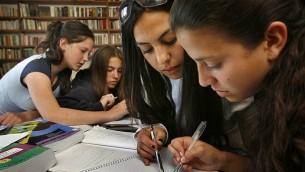 صورة للتوضيح: طلاب في مدرسة ثانوية يدرسون لامتحانات البجروت (الثانوية)، أبريل 2007. (Michal Fattal/Flash90)