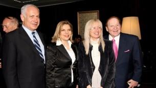 رجل الأعمال الأمريكي الملياردير شيلدون أديلسون وزوجته مريم يلتقيان بنيامين نتنياهو وزوجته سارة في مركز المؤتمرات الدولي في القدس، 13 مايو / أيار 2008. (Anna Kaplan /FLASH90/ File)