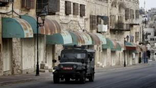 صورة توضيحية لمركبة  عسكرية في الخليل، 7 نوفمبر 2013 (Miriam Alster/Flash90)