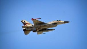 صورة للتوضيح: طائرة اف-16 من أسطول 'التنين الأحمر' خلال مناورة عسكرية، نوفمبر 2013. (IDF Spokesperson's Unit/Flash90)