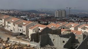 صورة للتوضيح: أعمال بناء في مستوطنة أريئيل، 17 يناير، 2014. (Flash 90)