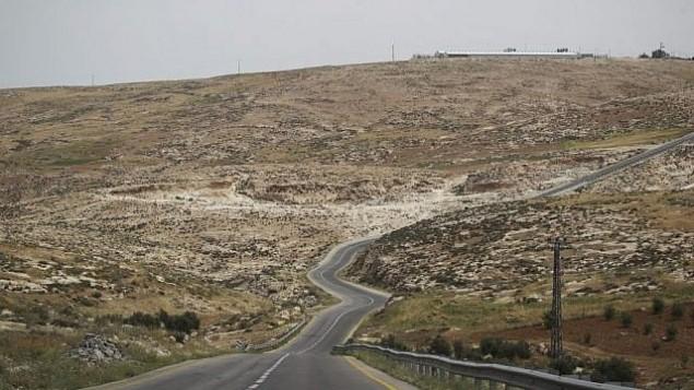 صورة للتوضيح: طريق يمر عبر تلال جنوب الخليل في الضفة الغربية. (Hadas Parush/Flash90)