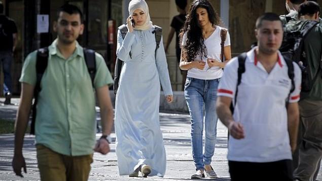 صورة للتوضيح: طلاب عرب إسرائيليين في حرم الجامعة العبرية في غيفعات رام، في اليوم الأول من العام الدارسي، 26 أكتوبر، 2014. (Miriam Alster/Flash90)