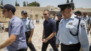 وزير الأمن الداخلي، غلعاد إردان، خلال زيارة قام بها إلى حائط المبكى والحرم القدسي في المدينة القديمة بالقدس، 31 يوليو، 2015. (Yonatan Sindel/Flash90)