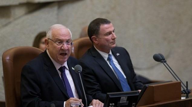 يتحدث الرئيس رؤوفن ريفلين أمام البرلمان الإسرائيلي خلال جلسة عامة خاصة بمناسبة الذكرى الخمسين للكنيست في 19 يناير 2016. (Yonatan Sindel/Flash90)