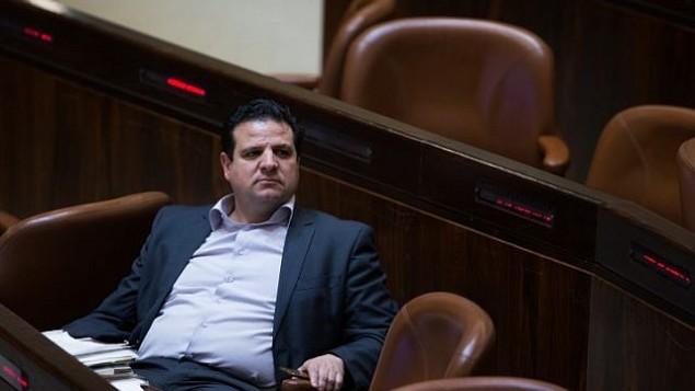عضو الكنيست أيمن عودة (القائمة المشتركة)، خلال تصويت على مشروع قانون يسمح بإستبعاد نائب في البرلمان، في قاعة الكنيست الإسرائيلي، 28 مارس، 2016. (Yonatan Sindel/Flash90)