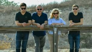 رئيس الوزراء بينيامين نتنياهو، الثاني من اليسار، وزوجته سارة، الثانية من اليمين، خلال جولتي في موقعي تل الجزر ومغشيميم مع ابنيهما يائير، من اليمين، وأفنير، من اليسار، خلال عطلة عيد السوكوت اليهودي، 21 أكتوبر، 2016. (Kobi Gideon/GPO)