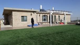 أحد المنازل المعدة للهدم في بؤرة نتيف هآفوت الاستيطانية في غوش عتصيون، 6 ديسمبر، 2016.  (Gershon Elinson/Flash90)