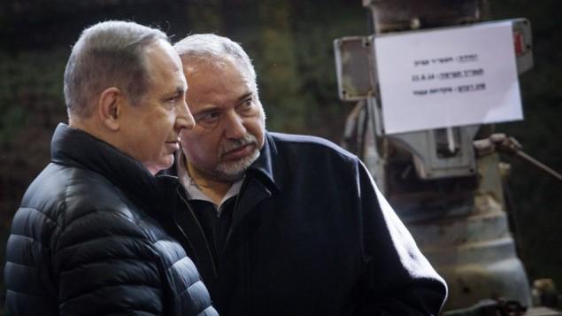 وزير الدفاع أفيغدور ليبرمان ورئيس الوزراء بنيامين نتنياهو خلال زيارة لقسم الجيش الإسرائيلي بالضفة الغربية، بالقرب من مستوطنة بيت إيل الإسرائيلية. 10 يناير 2017. (Hadas Parush/Flash90)