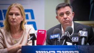 رئيس حزب العمل آفي غاباي وعضو الكنيست في المعسكر الصهيوني تيبي ليفني خلال اجتماع لحزب المعسكر الصهيوني، 24 يوليو 2017 (Miriam Alster/FLASH90)