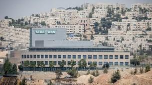منظر عام لشركة الأدوية الإسرائيلية تيفا في القدس في 6 أغسطس 2017. (Yonatan Sindel/Flash90)