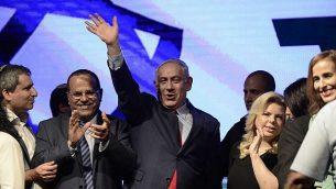 رئيس الوزراء بينيامين نتنياهو وزوجته سارة ونواب من حزب 'الليكود' في مظاهرة تضامن مع رئيس الوزراء في تل أبيب، 9 أغسطس، 2017. (Tomer Neuberg/Flash90)