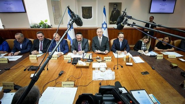 رئيس الوزراء بينيامين نتنياهو يترأس الجلسة الأسبوعية للمجلس الوزاري في ديوان رئيس الوزراء في القدس، 3 سبتمبر، 2017.  (Marc Israel Sellem/Pool)