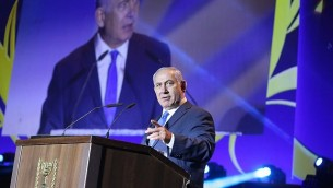 رئيس الوزراء بينيامين نتنياهو يتحدث في مراسم إحياء الذكرى الخمسين للمشروع الإستيطاني في الضفة الغربية والجولان، في غوش عتصيون، 27 سبتمبر، 2017. (Gershon Elinson/FLASH90)