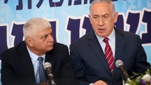 رئيس الوزراء بينيامين نتنياهو (من اليمين) يجلس إلى جانب رئيس بلدية معاليه أدوميم بيني كاشريئيل خلال اجتماع لحزب 'الليكود' في المستوطنة الواقعة في الضفة الغربية، 3 أكتوبر، 2017. (Hadas Parush/Flash90)