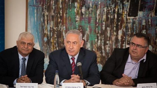 رئيس الوزراء بينيامين نتنياهو (وسط الصورة) مع رئيس بلدية معاليه أدوميم بيني كاشريئيل (من اليمين) خلال جلسة لحزب 'الليكود' في معاليه أدوميم القريبة من القدس، 3 أكتوبر، 2017. (Hadas Parush/Flash90)