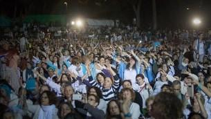 نساء من حركة 'نساء يصنعن السلام' تشاركن في الجزء الأخير من مسيرة السلام في القدس في 8 أكتوبر، 2017. يتم تنظيم مسيرة السلام بهدف الضغط على صناع القرار من أجل العمل للتوصل إلى اتفاق سلام قابل للتطبيق. (Yonatan Sindel/Flash90)