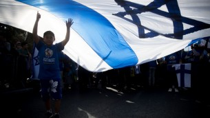 آلاف المسيحيين الأنجيليين والإسرائيليين يشاركون في مسيرة في القدس، احتفالا بعيد السوكوت (العرائش) اليهودي، 10 أكتوبر، 2017. (Yonatan Sindel/Flash90)