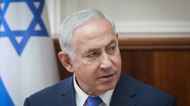 يحضر رئيس الوزراء بنيامين نتنياهو اجتماع مجلس الوزراء الأسبوعي في مكتبه في القدس في 15 أكتوبر 2017. (Alex Kolomoisky/Flash90)