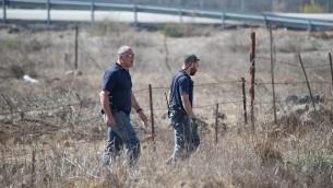 رجال شرطة إسرائيليين يقومون بدورية بالقرب من الحدود مع سوريا في هضبة الجولان بعد سقوط أربع قذائف في المنطقة فجرا، 21 أكتوبر، 2017. (Basel Awidat/Flash90)
