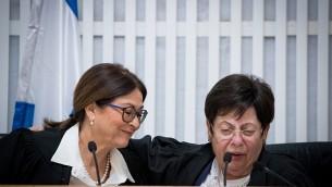 رئيسة المحكمة العليا المنتهية ولايتها القاضية ميريام ناؤور إلى جانب رئيسة المحكمة العليا الجديدة إستر حايوت خلال حفل وداع تكريما للقاضية ناؤور في القدس، 26 أكتوبر، 2017. (Yonatan Sindel/Flash90)