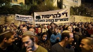 مئات الإسرائيليين يتظاهرون أمام منزل رئيس الوزراء للمطالبة بتحويل أموال لتعبيد شوارع إلتفافية في الضفة الغربية، 29 أكتوبر، 2017.  (Noam Revkin Fenton/Flash90)