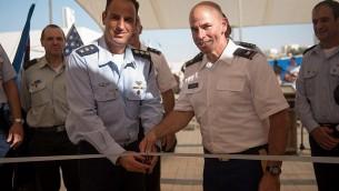 العقيد ليران كوهين، رئيس مدرسة الدفاع الجوي التابعة للجيش الإسرائيلي، والعقيد ديفيد شانك، من قيادة الجيش الأمريكي العاشرة للقذائف الجوية والصواريخ، يقطعان شريطا لفتح أول قاعدة عسكرية أمريكية في إسرائيل، داخل قاعدة مشابيم الجوية ، في 18 سبتمبر 2017.  (Israel Defense Forces)