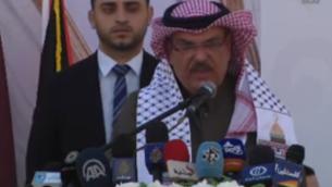 مبعوث قطر إلى غزة محمد العمادي يلقي بكامة خلال مراسم في مدينة غزة بمناسبة بناء مدينة 'حمد' السكنية الجديدة في 16 يناير، 2017. (Screen capture/YouTube)