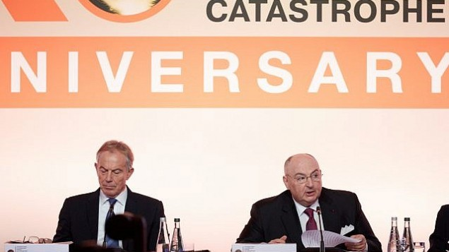 رئيس الوزراء البريطاني الأسبق توني بلير (من اليسار) إلى جانب فياتشلاف موشيه كانتور، رئيس 'منتدى لوكسمبورغ لمنع كارثة نووية'، في المؤتمر السنوي العاشر للمجموعة في باريس، 9 أكتوبر، 2017. (courtesy)