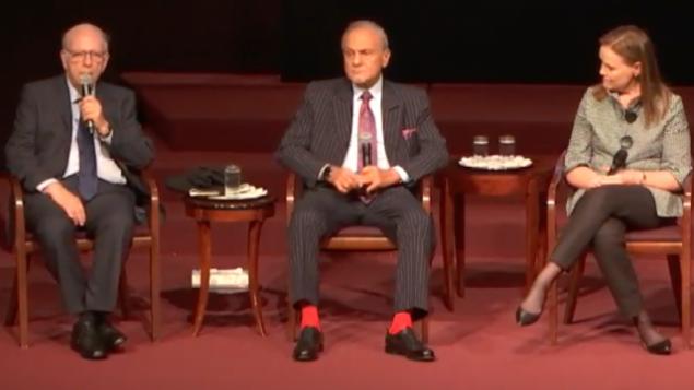 رئيس الموساد السابق إفرايم هليفي (من اليسار)، والأمير تركي بن فيصل آل سعود، الرئيس السابق للمخابرات السعودية (وسط الصورة)، وميشيل فلورنوي، الوكيلة السابقة لوزير الدفاع الأمريكي للسياسات (من اليمين) خلال حلقة حوار أدارها المدير التنفيذي السابق ل 'منتدى السياسات الإسرائيلية' ديفيد هالبرين  في مركز 'معبد عمانو إيل ستريكر'  في مدينة نيويورك، 22 أكتوبر، 2017. (Screen capture)