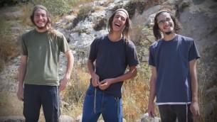 اعضاء شبان التلال (من اليسار) يديدا شليسل، يهوشواع لامبياسي ويتسحاك اتنغر (Screen capture/YouTube)