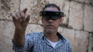 رجل يلقي نظرة من خلال نظارات الواقع المعزز في حدث مختبر الابتكار في متحف برج قلعة القدس في المدينة القديمة في القدس، 17 أكتوبر 2017.  (Hadas Parush/Flash90)