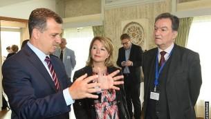 سفير إسرائيل لدى اليونسكو كرمل شاما هكوهين، من اليسار، يتحدث مع رئيس المجلس التنفيذي لليونسكو مايكل ووربس. (Erez Lichtfeld)