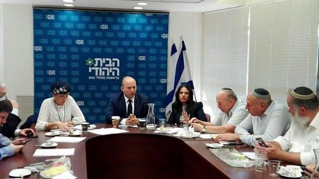 زعيم حزب البيت اليهودي نفتالي بينيت يدير اجتماع الحزب الأسبوعي في الكنيست في 23 أكتوبر 2017. (courtesy)