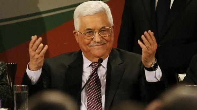 رئيس السلطة الفلسطينية محمود عباس يلقي بيانا بعد أن ألقى كلمة في اليوم الثاني من مؤتمر فتح السابع في مدينة رام الله بالضفة الغربية في 30 نوفمبر / تشرين الثاني 2016. (AFP/Abbas Momani)