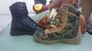 الأحذية العسكرية التي كانت مخبأة داخل أحذية بيتية، والتي تعتقد إسرائيل أن حماس حاولت تهريبها إلى قطاع غزة لجناحها العسكري من خلال معبر كيرم شالوم في 8 أكتوبر 2017. (Screen capture: Defense Ministry)