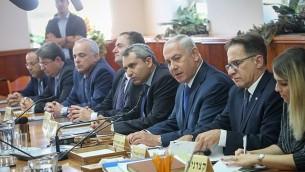 رئيس الوزراء بينيامين نتنياهو (الثالث من اليمين) يترأس الجلسة الأسبوعية للحكومة في مكتب رئيس الوزراء في القدس، 15 أكتوبر، 2017.  (Alex Kolomoisky/POOL)