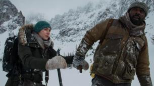 إدريس إلبا (من اليمين) وكيت وينسلت في فيلم المغامرات الرومانسي 'The Mountain Between Us' للمخرج الفلسطيني هاني أبو أسعد.  (Courtesy 'The Mountain Between Us' Facebook page)
