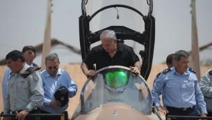 بنيامين نتنياهو يدخل طائرة حربية من طراز اف 15، اغسطس 2009 (Israel Defense Forces /Flash90)