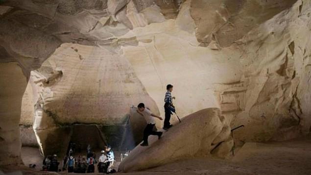 سواح يزورون كهوف قديمة داخل إسرائيل. (Yonatan Sindel/Flash90)