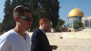 عضو الكنيست يهودا غليك (يمين) مع ابنه شلومو يزوران الحرم القدسي، 25 اكتوبر 2017 (Twitter screen capture)