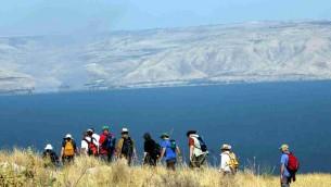 متجولون بالقرب من بحيرة طبريا (Yossi Zamir/Flash90)
