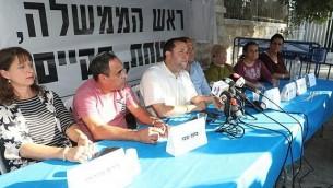 قادة المستوطنين يحتجون خارج مقر إقامة رئيس الوزراء في القدس، مطالبين بإدخال تحسينات على الطرقات في الضفة الغربية، 24 أكتوبر، 2017. (Courtesy: Miri Tzachi)