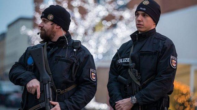 رجال شرطة مسلحين في سوق لعيد الميلاد في مدينة شفيرين، شمال ألمانيا، في 20 ديسمبر، 2016، بعد يوم من هجوم اصطدمت فيه شاحنة بسوق لعيد الميلاد في برلين. (AFP Photo/dpa/Jens Büttner)