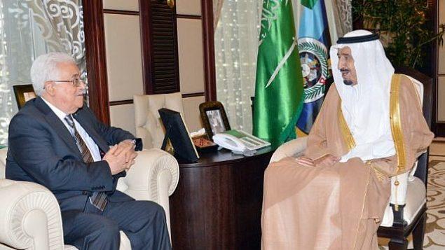 ولي العهد السعودي حينذاك والملك السعودي الحالي سلمان بن عبد العزيز آل سعود (من اليمين) خلال لقاء مع رئيس السلطة الفلسطينية محمود عباس (من اليسار) في مدينة جدة السعودية على ضفاف البحر الأحمر، 17 يونيو، 2014. (AFP/HO/Saudi Press Agency)