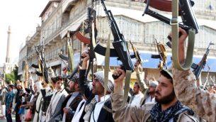 مسلحون مواليون لحركة الحوثيين يرفعون اسلحتهم في العاصمة اليمنية صنعاء، 1 ابريل 2015 (AFP / MOHAMMED HUWAIS)