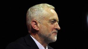زعيم المعارضة البريطانية ورئيس حزب 'العمال' جيريمي كوربين يلقي كلمة أمام مناصريه في تجمع انتخابي للحزب في غلازغو، اسكتلندا في 28 مايو، 2017. (FP PHOTO / ANDY BUCHANAN)