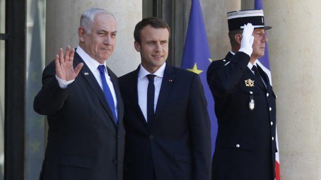 رئيس الوزراء بنيامين نتنياهو الى جانب الرئيس الفرنسي ايمانويل ماكرون عند وصوله قصر الاليزيه في باريس، 15 يوليو 2017 (AFP Photo/Geoffroy Van Der Hasselt)
